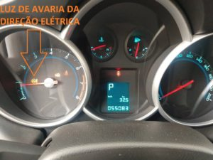 Luz de advertência de defeito na direção elétrica do GM Cruze